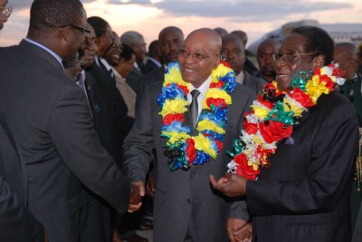 President Robert Mugabe welcomes President Jacob Zuma in Zimbabwe (file photo).