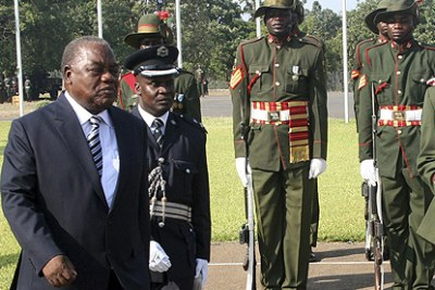 Zambia President Rupiah Banda inspects a guard of honour during the swearing-in ceremony in Lusaka. (File Photo)