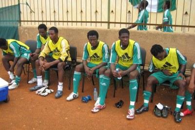 jeunes footballeurs nigerians sur le banc de touche à Dakar