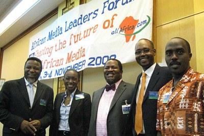 Au forum d'African Media Leaders, à partir de gauche: Eric Chinje de la Banque Mondiale, Seynabou Sy du Sénégal, Nduka Obaigbena de THISDAY, Nigeria, Amadou Mahtar Ba d'AllAfrica and Linus Gitahi de Nation Media Group, Kenya.