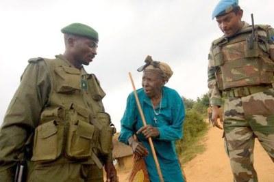 Un militaire des FARDC en patrouille mixte et un casque bleu de la Monuc .