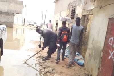 un vieux sénégalais qui s'investit dans la banlieue de Dakar contre les inondations