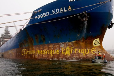 Des militants de Greenpeace bloquent le Probo Koala dans le port estonien de Paldiski