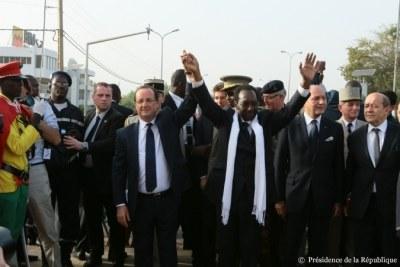 François Hollande en compagnie de M. Dioncounda Traoré