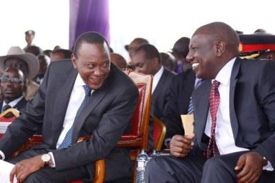 Le Président Uhuru Kenyatta (à gauche) et son vice-président, William Ruto peuvent afficher le sourire après la détermination des députés kényans à les défendre face à la Cour Pénale Internationale (CPI)