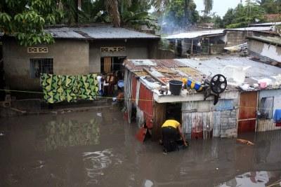 Des maisons inondées après une pluie à Kinshasa, ce 03/04/2011.