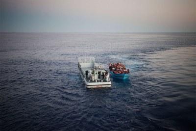 Au péril de leur vie, dans le but d'atteindre l'Europe depuis l'Afrique du Nord en traversant la Méditerranée, des migrants, sont secourus par la marine italienne