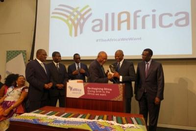Le président de la République du Sénégal, S.E. M. Macky SALL, a été célébré le vendredi 17 avril 2015 à Washington DC, au cours d'un diner débat organisé à l'occasion du quinzième anniversaire de AllAfrica Global Media.