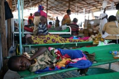 Un enfant dort dans une clinique