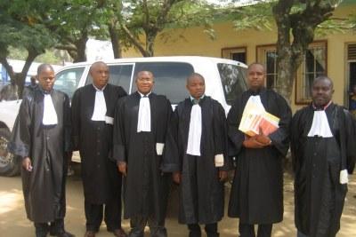 Wonga Okongo, le président du Tribunal de Grande Instance de Bunia, troisième à partir de la droite, encadré par les avocats des accusés et de la défense à Bunia, en RDC.