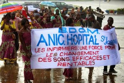Défilé des infirmiers congolais à Kinshasa, le 12/05/2015 sous la pluie lors de la célébration de la journée de l'infirmier