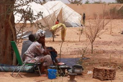 Sahel - Une femme déplacée du nord du Mali attend dans un refuge temporaire près de la gare routière principale de Mopti.