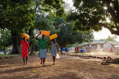 Les étudiants de Salaga Senior High School sur leur chemin pour aller chercher de l'eau non traitée