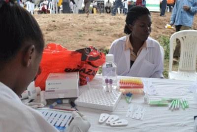 Un personnel de santé préparant une séance de dépistage dans un camp (file Photo).