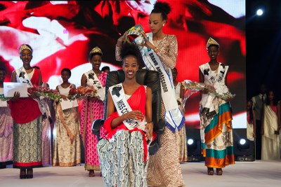 Miss Rwanda 2017 Elsa Iradukunda receives the crown from Miss Rwanda 2016, Jolly Mutesi.