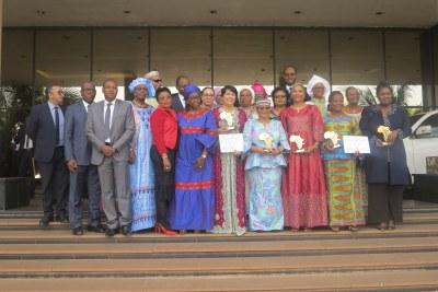 Photo de famille des récipiendaires du Prix AllAfrica Leadership féminin 2017
