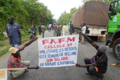 Des ex-combattants ont paralysé le corridor sud à Bouaké pour réclamer leur prime.