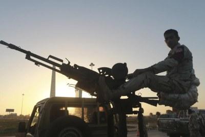 Un militaire libyen monté sur un véhicule armé, à un checkpoint du centre de Benghazi, le 4 décembre 2014. (Photo d'illustration)