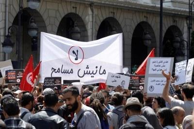 Avenue Habib Bourguiba à Tunis, le 29 avril 2017. La banderole porte l'inscription « Non. Nous n'allons pas pardonner ».