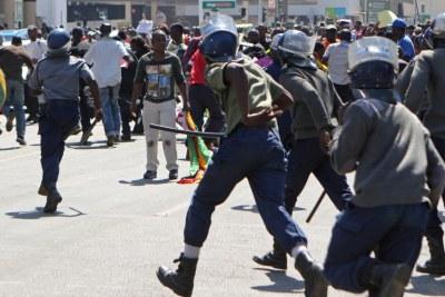 Zimbabwe police officers (file photo).