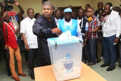 Élections 2017 : Le Candidat du MPLA à la Présidence de la République, João Lourenço, en train de voter