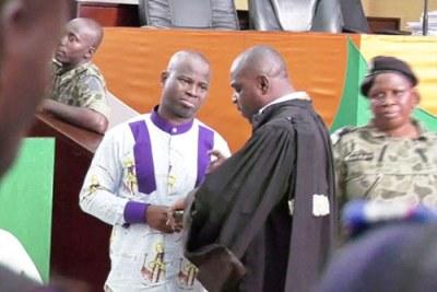 Jean-Noël Abehi (en chemise blanche avec un mélange de tissu violet) condamné à 10 ans de prison.