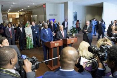 Le Secrétaire général de l'ONU, António Guterres, (devant le pupitre, à droite) et le Président de la Commission de l'Union africaine (UA), Moussa Faki Mahamat, s'adressant à la presse