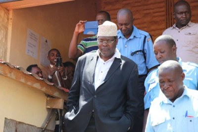Miguna MIguna being escorted to Kadiajo Law Court.