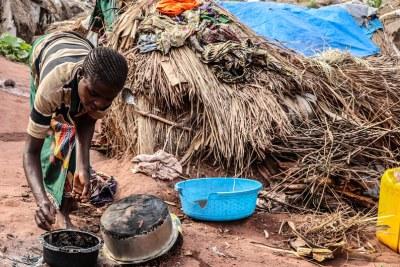 Province du Tanganyika, RDC : une femme cuisine à Katanika, un site à quelques kilomètres de Kalémie, où plus de 6.000 familles se sont réfugiées
