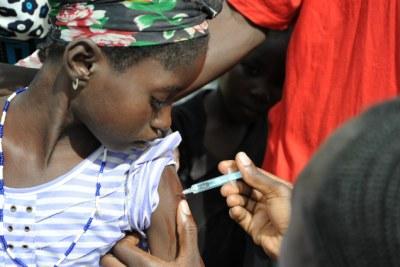 Une fillette entrain de se faire vacciner au Burkina Faso