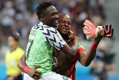 Le buteur Ahmed Musa et le gardien de but Ikechukwu Ezenwa célèbrent la victoire 2-0 du Nigeria contre l'Islande lors d'un match de Coupe du monde à Volgograd.