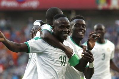 (Image d'archives) - Sadio Mane, du Sénégal, célèbre avec ses coéquipiers après avoir marqué le premier but lors de leur match contre le Japon à Ekaterinbourg le 24 juin.