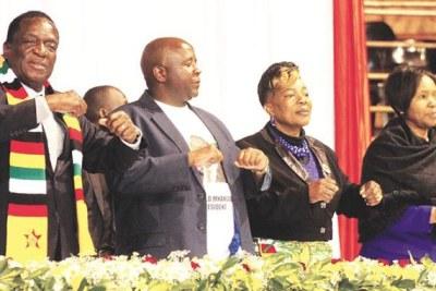 Le président Emmerson Mnangagwa et les membres du Zanu-PF.