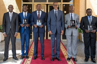 President Kagame poses for a group photo with the mayors whose districts scored highly in the implementation of Imihigo for the financial year 2017/18. Left is Local Government minister Francis Kaboneka.
