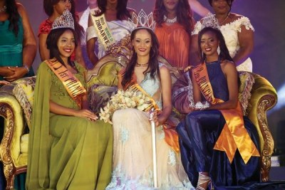 Miss Zimbabwe Belinda Potts flanked by first and second princesses Patricia Muchenje and Kuziwakwashe Muzhakati.
