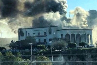 Au moins une explosion et des coups de feu ont été entendus mardi matin dans l'enceinte du ministère des Affaires étrangères à Tripoli, la capitale libyenne, selon des témoins et les médias locaux.