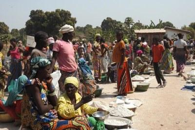Des femmes et des enfants déplacés dans un camp de fortune dans la ville de Paoua, en République centrafricaine.