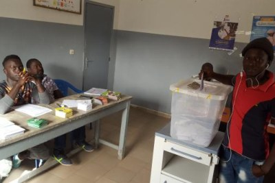 Un des trois bureaux de vote installés au dispensaire Santia Ba, à Ziguinchor, dans le sud du Sénégal, le 24 février 2019.