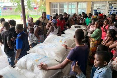 Distribution de nourriture à Beira, au Mozambique. Dans cette école transformée en refuge, 70 familles ont reçu de la nourriture du PAM. La plupart d'entre eux ont dû quitter leurs domiciles endommagés par le cyclone.