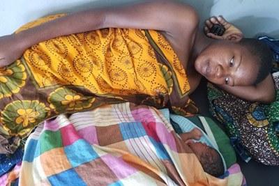 Sunge a subi des complications lors de son accouchement. Elle a pu accéder à des soins vitaux de qualité dans l'un des établissement de santé récemment rénovés et équipés de la région de Simiyu.