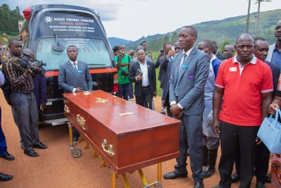 Joseph Singirankabo (in red t-shirt), a relative to the man who was killed in Tabagwe Sector in Nyagatare District after he resisted arrest. His body was delivered by Ugandan officials including an area legislator at Gatuna Border Post on May 27, 2019.