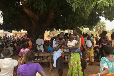 Des habitants de l'État de Yei River, au Soudan du Sud, regroupés en mars 2019 dans la ville de Yei après avoir dû fuir leurs villages avoisinants.