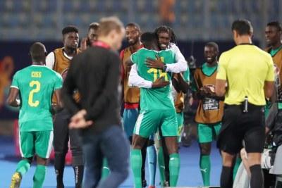 Les Lions du Sénégal fêtant leur victoire face au Kenya et synonyme de qualification pour les 8ème de final