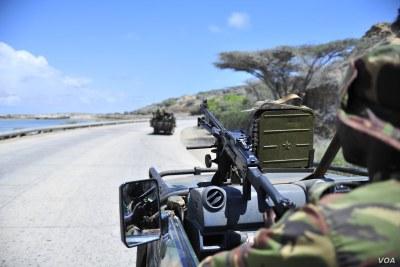 (Photo d'archives) - Des soldats patrouillent dans le port de Kismayo, dans le sud de la Somalie, le 29 novembre 2012.