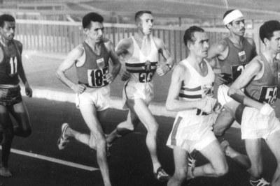 Sur cette image prise au milieu de la course, Abebe Bikila est le seul à regarder l'appareil, comme si le regard du photographe allait soudain révéler sa présence. Devant lui, Radi, l'athlète marocain que Nikinsen a identifié comme son principal rival.