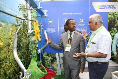 Murang'a Governor Mwangi wa Iria (left) inquires about an avocado harvesting cable machine during the ongoing 9th World Avocado Congress in Medellìn, Colombia.