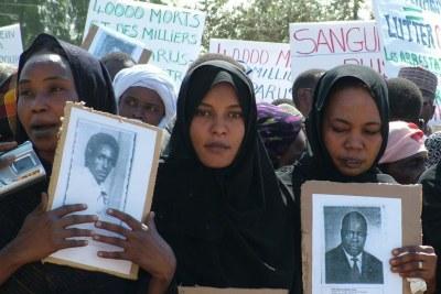 Des familles de victimes de l'ex-dictateur tchadien Hissène Habré manifestent à Ndjaména, en 2005.