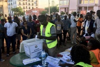 Dépouillement à Bissau, le 24 novembre 2019, sous l'oeil attentif des observateurs et des citoyens.