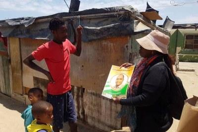 Le Mouvement des peuples sans terre menant une campagne de porte à porte à Swakopmund.