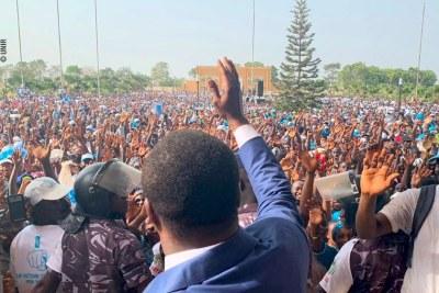 Faure Gnassingbé salue la foule des militants et sympathisants